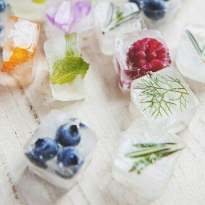 glaçons parfumés aux fruits et aux herbes aromatiques