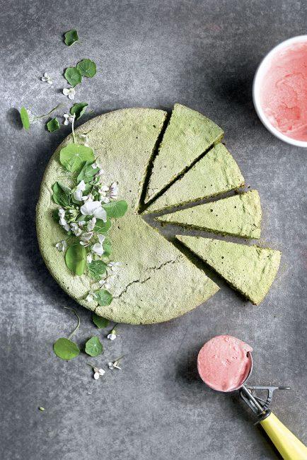 recette de gâteau au thé matcha et sorbet à la fraise